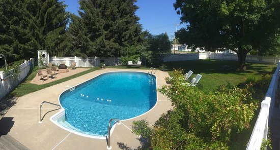 Beach Farm Inn B&B and Cottage: Pool, patio, firepit and more!