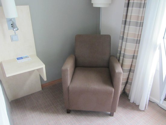 Select Hotel Hamburg Nord: Gemütlicher Sessel allerdings fehlte hier der Hocker