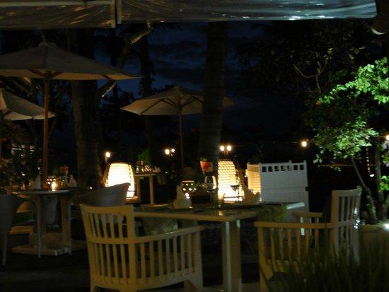 INTERCONTINENTAL Bali Resort : 夜のジンバランガーデン(プールサイドレストラン)