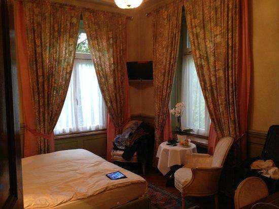 Hotel Park Villa: Unser gemütliches Eckzimmer nach vorne heraus, übrigens mit WLAN kostenfrei