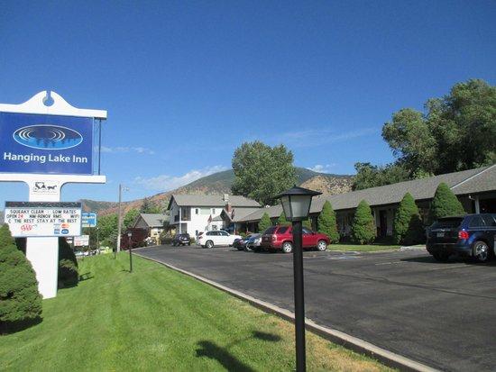 Hanging Lake Inn: Parking at the door