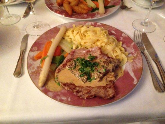Hotel Park Villa: Ein leckeres Schweine-Schnitzel mit Pfifferling-Rahmsoße, Bandnudeln und Gemüse, war gut