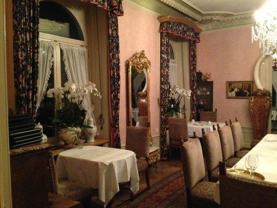 Hotel Park Villa: Das Restaurant mit unserem Tisch vorne links am Fenster