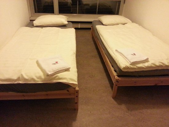 Generation YMCA Hostel: Twin beds in room