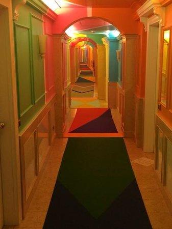Byblos Art Hotel Villa Amista : il corridio che porta alle stanze