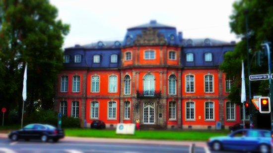 Goethe Museum Dusseldorf: Дом через дорогу. Иоганн Вольфганг фон Гёте.