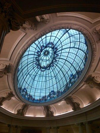 Hotel Carlton: Потолок в холле отеля