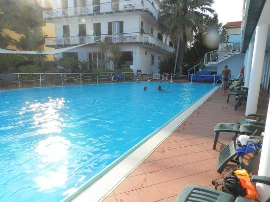 Hotel Gabriella: piscine et hôtel au fond