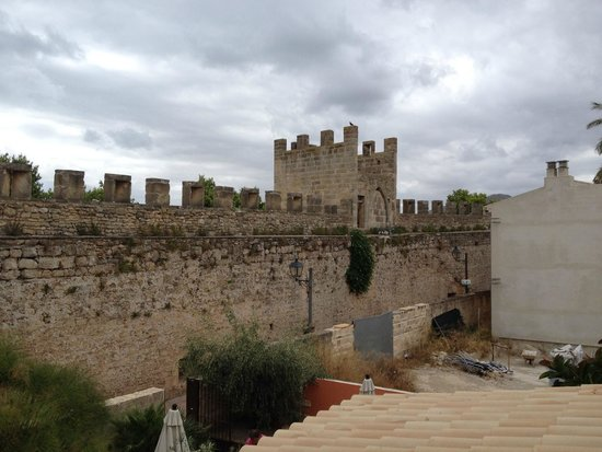 Alcudia Petit Hotel: Town walls from balcony