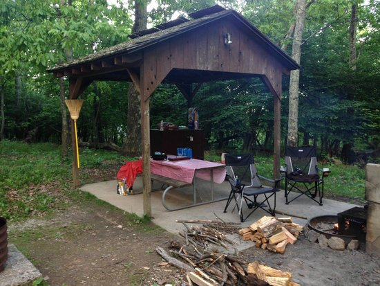 Lewis Mountain Cabins: covered patio