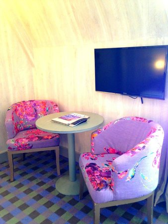 Hotel Residence Foch : Colorful chairs