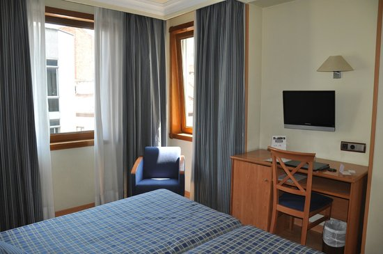 Hotel II Castillas: 2 окна в нашем номере