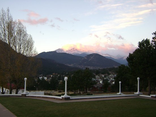 Stanley Hotel: Sunrise from main hotel porch
