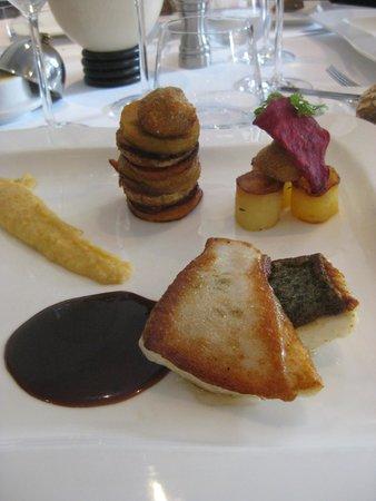 Le Ménestrel : filet de turbot, mille feuille de fruits et légumes, purée tricolore, sauce vanille