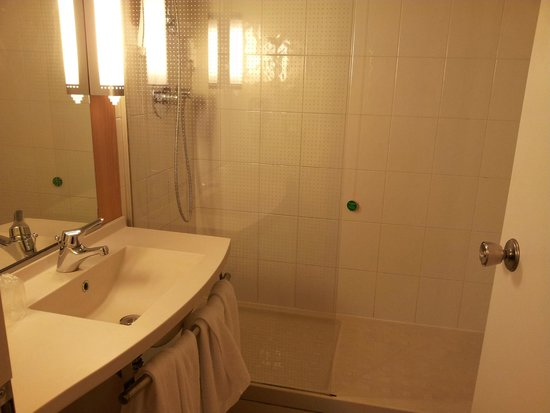 Ibis Verona: Lavabo e zona doccia