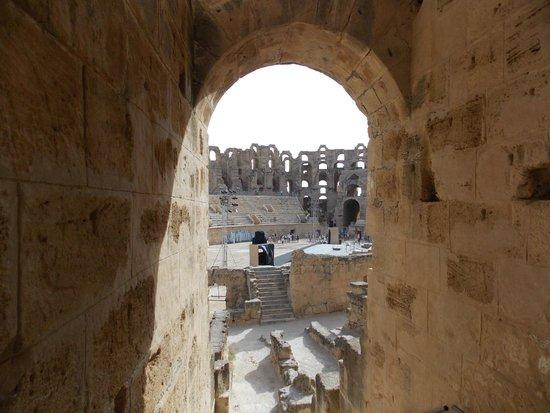 El Jem Amphitheatre: Затёсы на камнях и тщательность подгонки.