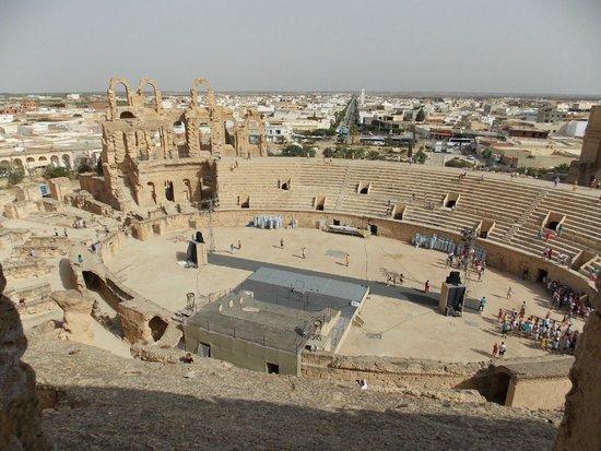 El Jem Amphitheatre: Вид на арену - с любого места она хорошо видна. Древние римляне хорошо знали геометрию.