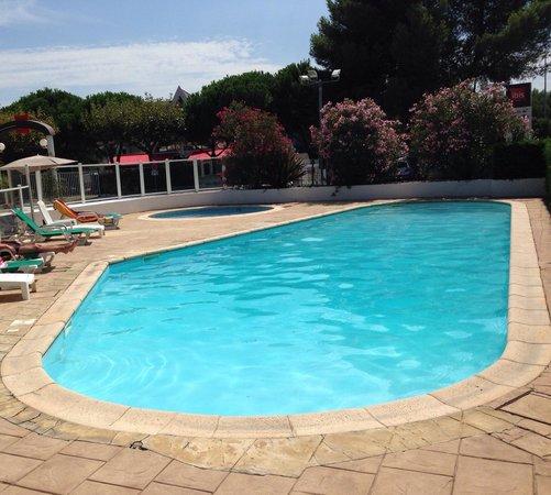Ibis Nimes Ouest: La piscine, bonne profondeur, soleil du matin au soir, très agreable, et un petit bassin enfant