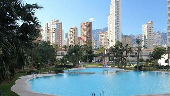 Gemelos XXII Apartments: View of some pools and benidorm city from the apartments