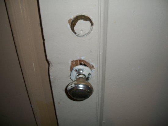 Hotel Carter : Door handle hanging off