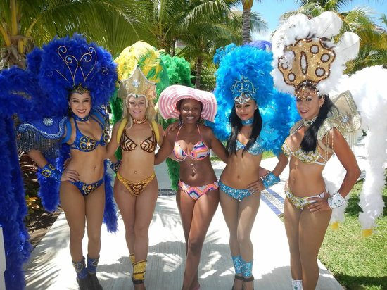 Excellence Playa Mujeres: Showgirls - Poolside Entertainment