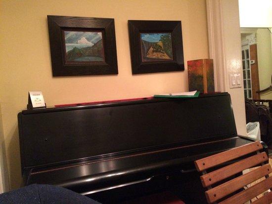 Harlem Renaissance House B&B: un piano trône à côté de la table de la salle à manger