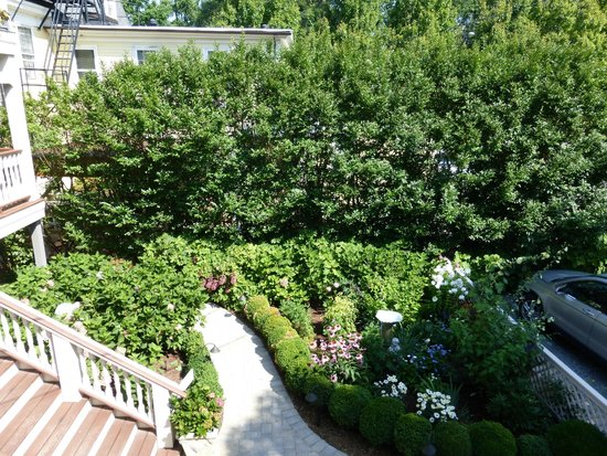 Hydrangea House Inn: Overlooking the gardens from outdoor seating area of room
