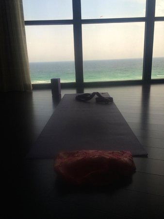 Hilton Sandestin Beach, Golf Resort & Spa: My yoga mat in front of floor to ceiling window in living room