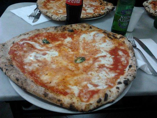 la migliore pizza di napoli picture of l 39 antica pizzeria da michele naples tripadvisor. Black Bedroom Furniture Sets. Home Design Ideas