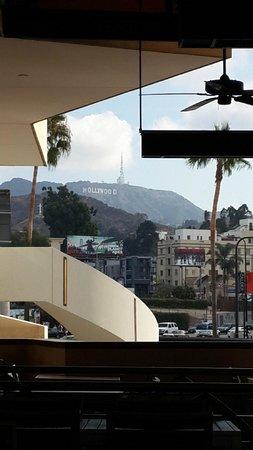 Loews Hollywood Hotel : Vista do letreiro de Hollywood enfrente Starbucks