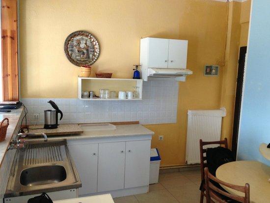 Big Dino's Galini Apartment: Kitchenette