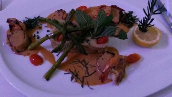 Le Ti Provencal: shrimp and scallops in tomato cream sauce