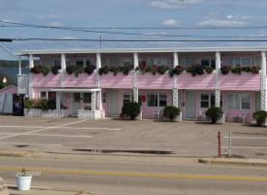 Sea Shell Motel: The only pink building in Misquamicut!