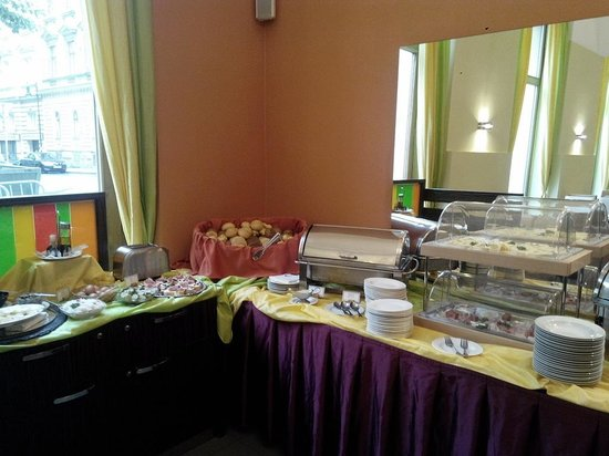 EA Hotel Manes: Breakfast counter.