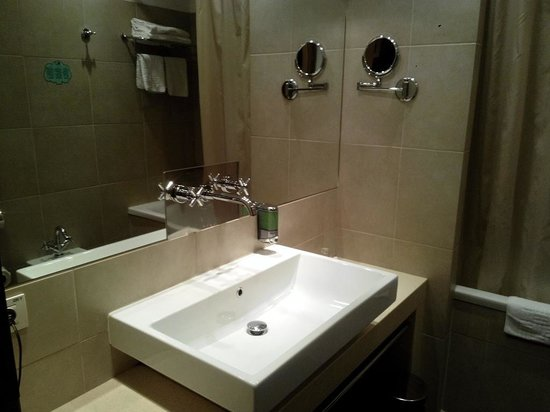 EA Hotel Manes: Bathroom