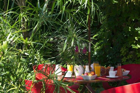 Hotel des Arceaux : Jardin - petit déjeuner servi de 7h à midi