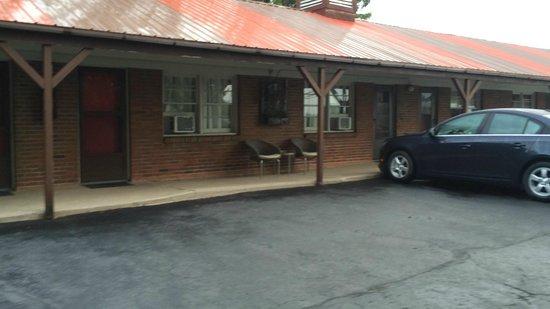Clark's Motel: Old Style Motel