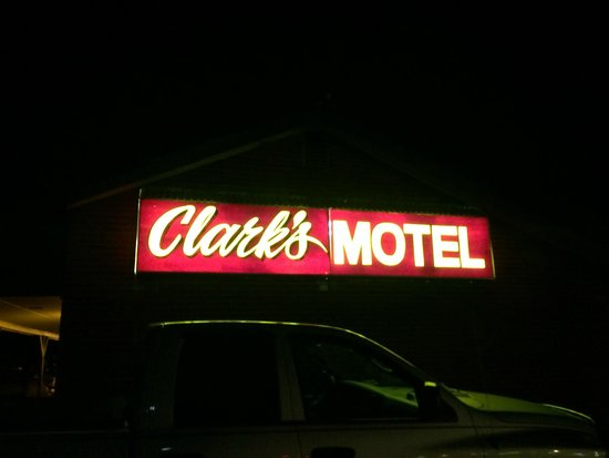 Clark's Motel: Hotel at night