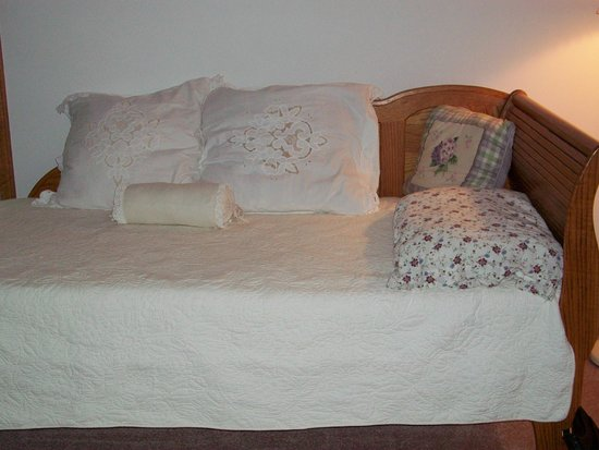 Contented Acres Bed & Breakfast: Lovely day bed