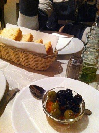Meson Don Felipe: pan (brioche) olivas