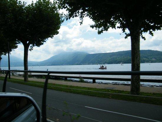 Lac d'Annecy : Bord du lac vu de la route