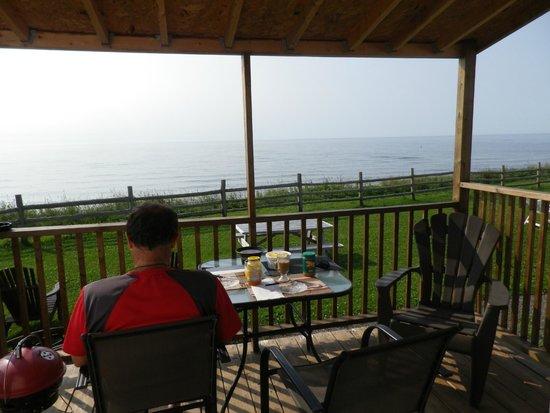 Vagues Vertes: balcon avec table et chaises + poêle à charbon
