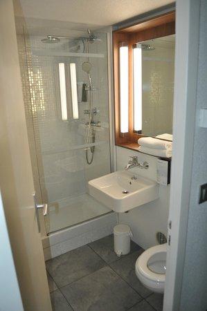 Campanile Aix En Provence Ouest - Jas De Bouffan : Bagno con ampia doccia