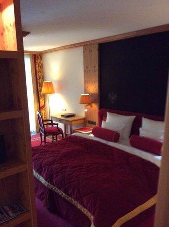 Kempinski Hotel Das Tirol: Bed of deluxe junior suite 625