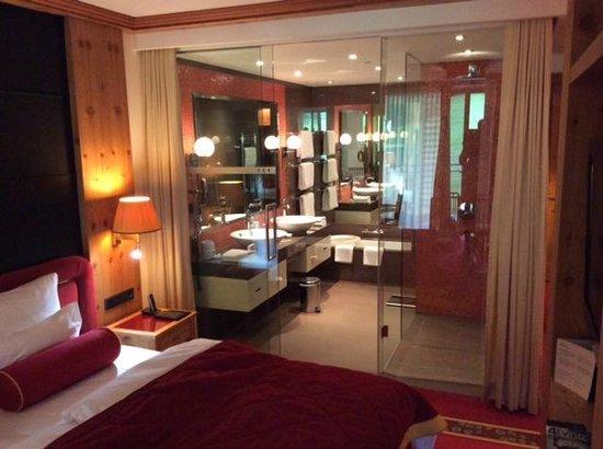 Kempinski Hotel Das Tirol: Bathroom of deluxe junior suite 625