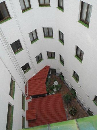 Hotel Puerta de Toledo: Вид из окна (во внутренний дворик)