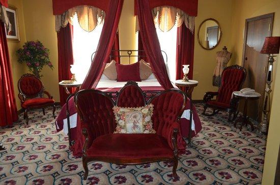 Mizpah Hotel: Lady in Red Room