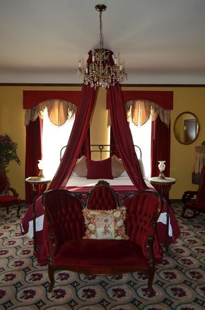Mizpah Hotel: Lady in Red Room