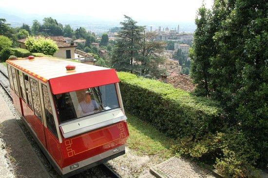 Funicolare San Vigilio: Funicolare reaching the upper station