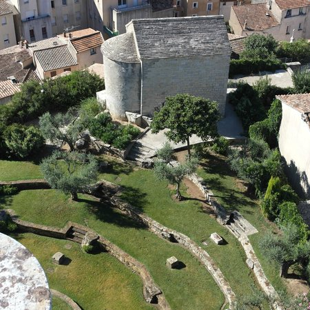 Draguignan, France: La chapelle saint sauveur, juste en bas de la tour